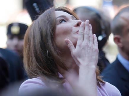 קרלה ברוני מנשקת באוויר (צילום: AP)
