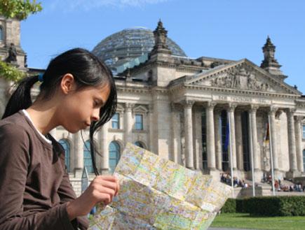 ברלין: נערה יושבת ליד הרייכסטאג (צילום: jan kranendonk, Istock)