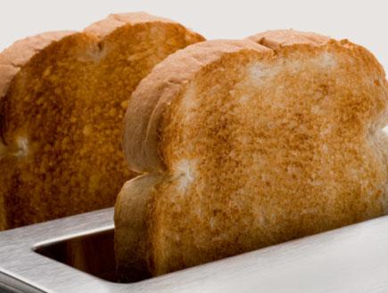 פרוסות לחם בטוסטר (צילום: Scott Kochsiek, Istock)