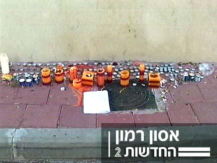 עמדת זיכרון מאולתרת בכניסה לבית משפחת רמון (צילום: חדשות 2)