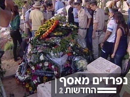 הקבר של אסף רמון ואילן רמון (צילום: חדשות 2)