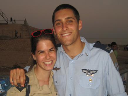 אסף רמון וידידתו (צילום: חדשות 2)