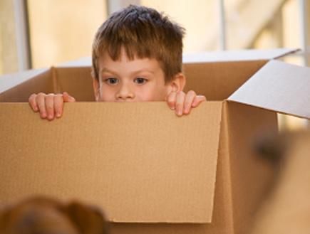 ילד בתוך ארגז- שינויים במשפחה (צילום: snapphoto, Istock)