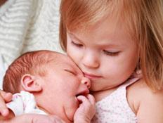 ילדה מחזיקה תינוק- שינויים במשפחה