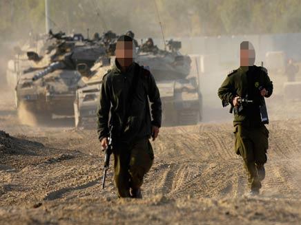 חיילים וטנק מאחוריהם (צילום: רויטרס)