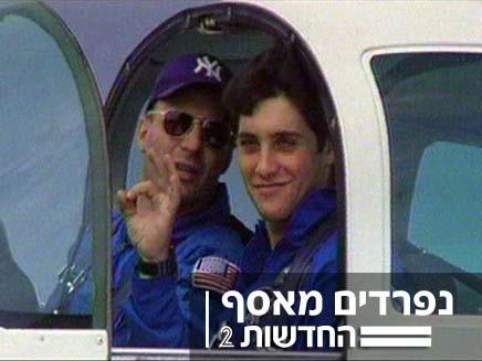 אסף ואילן רמון בתא הטייס (צילום: באדיבות המשפחה)