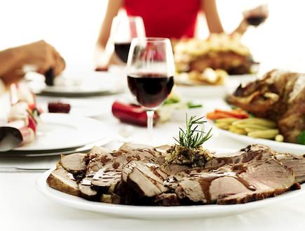 ארוחת חג - קלישאות משפחתיות בערב החג (צילום: אימג'בנק / Gettyimages, getty images)