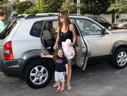 מלי לוי ושמעון גרשון חוזרים הבייתה עם הבת החדשה (צילום: אורי אליהו)