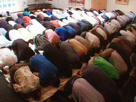 מוסלמים מתפללים בבית כנסת (צילום: חדשות 2)