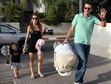 מלי לוי ושמעון גרשון חוזרים הבייתה עם הבת החדשה