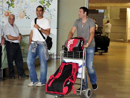 יוני ארליך ואנדי רם בשדה התעופה (צילום: אלעד ירקון, מערכת ONE)