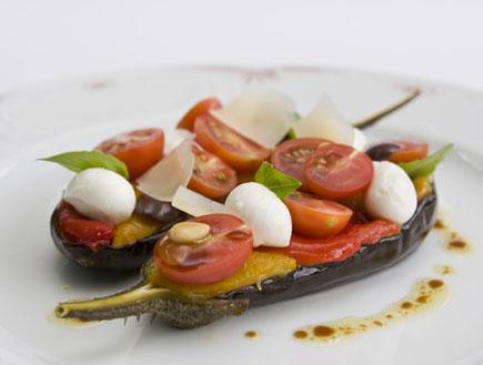 אנטיפסטי של ירקות קלויים ומוצרלה