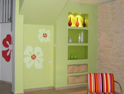 מבט על הקיר עם הפרחים בסלון אחרי השיפוץ- חני דומבה