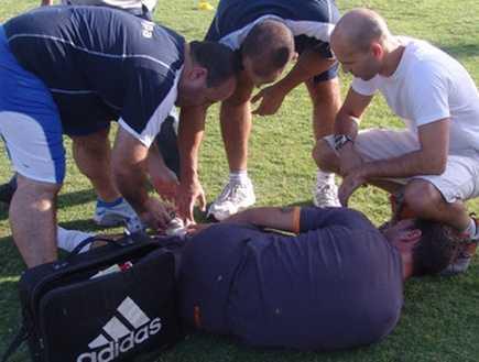 """שטראובר מטופל לאחר שנפצע (האתר הרשמי של מכבי ת""""א) (צילום: מערכת ONE)"""