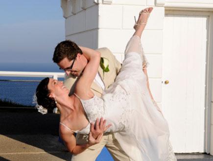 חתן וכלה רוקדים (צילום: Lighthousebay, Istock)