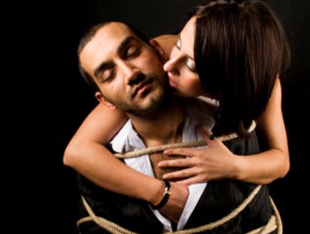 גבר קשור בחבל ואישה רוכנת מאחוריו (צילום: istockphoto)
