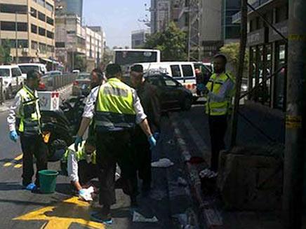 """אנשי זק""""א בזירת תאונת דרכים (צילום: חדשות 2)"""