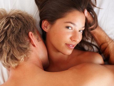 אישה וגבר במיטה (צילום: Jacob Wackerhausen, Istock)