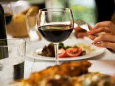 כוס יין ואוכל