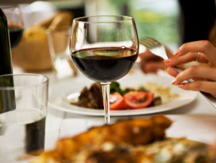 כוס יין ואוכל (צילום: webphotographeer, Istock)