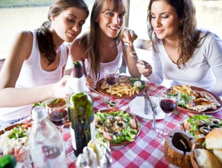 שלוש בנות אוכלות ארוחה (צילום: webphotographeer, Istock)