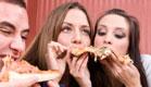 חבורת אנשים אוכלים פיצה (צילום: Zlatko Kostic, Istock)