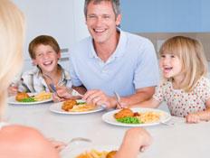 אבא וילדים אוכלים (צילום: monkeybusinessimages, Istock)