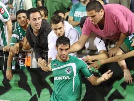שלומי ארבייטמן מקבל אהבה מאוהדי מכבי חיפה (עמית מצפה) (צילום: מערכת ONE)