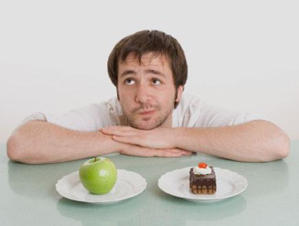 גבר מתלבט בין עוגה לתפוח עץ (צילום: Angelika Schwarz, Istock)