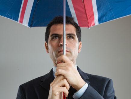גבר בריטי עם חליפה ומטריה (צילום: Izabela Habur, Istock)