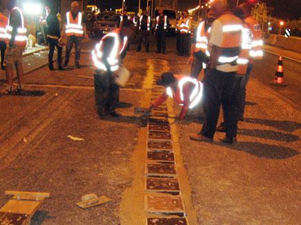 התקנת קולטים בכביש מס' 4, באתר הניסוי. (צילום: אינוואטק)