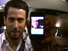 עידו מדבר עם פיצי (תמונת AVI: מונית הכסף)