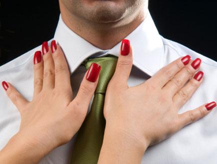 אישה מסדרת לגבר את העניבה (צילום: istockphoto)