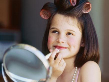 ילדה עם רולים מתאפרת- הרגלי יופי של ילדות (צילום: Stockbyte, GettyImages IL)