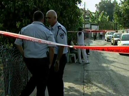 השוטרים בודקים חשד לסכסוך שכנים (צילום: חדשות 2)