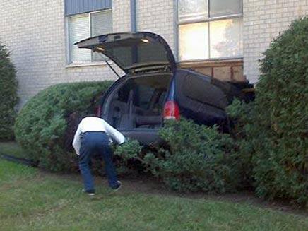 רכב שהתרסק לתוך בית (צילום: telegraph)