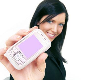 אישה עם פלאפון ורוד (צילום: istockphoto)