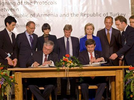 טורקיה וארמניה חתמו על הסכם חידוש היחסים (צילום: איי פי)