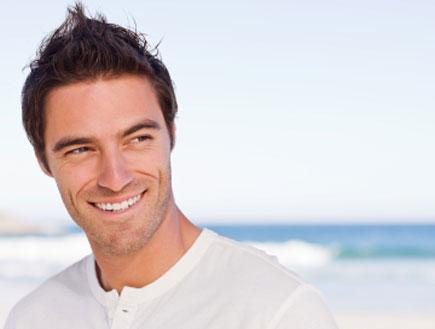 גבר חתיך מחייך (צילום: Neustockimages, Istock)