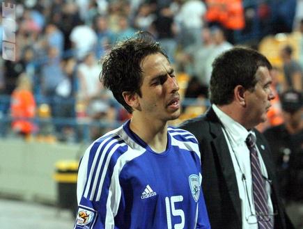 יוסי בניון מאוכזב. מכה קשה לנבחרת ישראל (צילום: מערכת ONE)