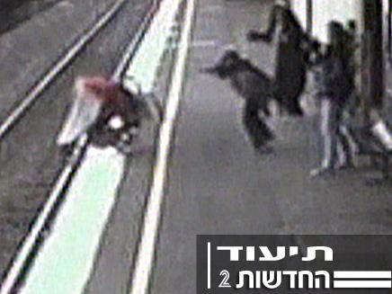 תינוק נופל מתחת לרכבת נוסעת (צילום: רויטרס)