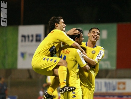 שלושה שחקני מכבי חוגגים שלושה שערים (קובי אליהו) (צילום: מערכת ONE)