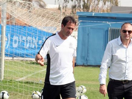 """שינו זוארץ ורוני לוי. המאמן נשאר בפ""""ת (מיכה בננו) (צילום: מערכת ONE)"""