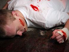 גבר חבול מושלך על הרצפה (צילום: istockphoto)