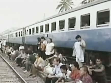 אנשים מחכים על פסי הרכבת בתאילנד (צילום: חדשות 2)