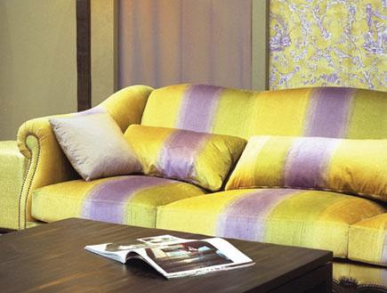 ספה צהובה סגולה- כתבת עיצוב צבעים