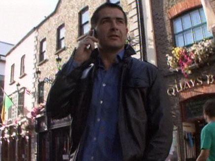 גבר מדבר בטלפון נייד (צילום: חדשות 2)