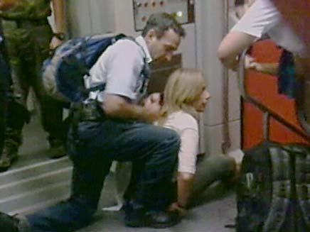 שוטר אוזק נוסעת ברכבת (צילום: חדשות 2)