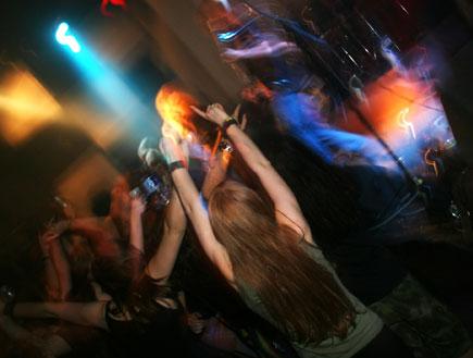 מבלים במועדון (צילום: AarStudio, Istock)