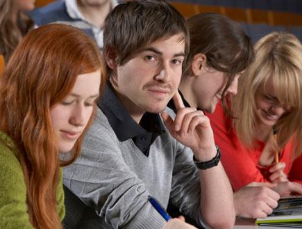 סטודנט ושלוש סטודנטיות (צילום: clu, Istock)